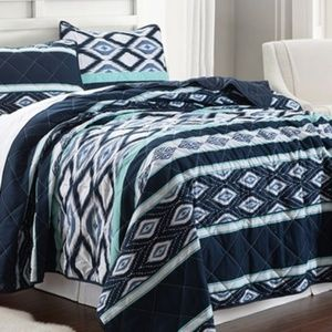 3 piece coverlet. Full/Queen